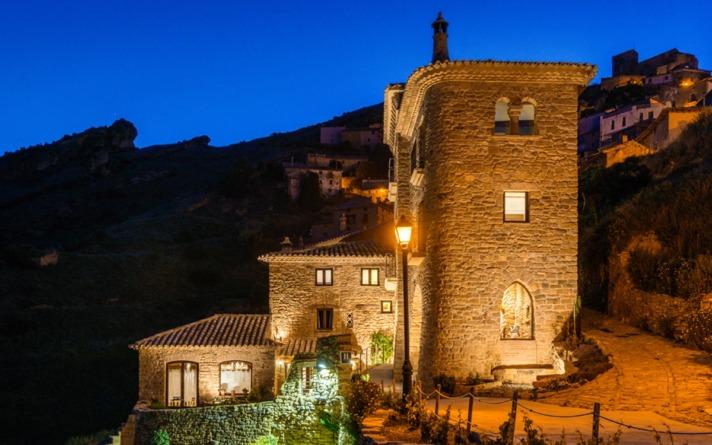Imagen del Heredad Beragu Hotel, en Gallipienzo, de noche.