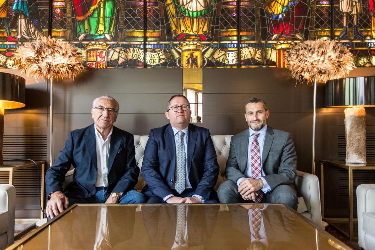 Ángel María Cazón, fundador del Hotel Tres Reyes hace 55 años; Víctor Sánchez, actual director general; y Miguel Cazón, presidente del Consejo de Administración. (Fotos: Víctor Rodrigo)