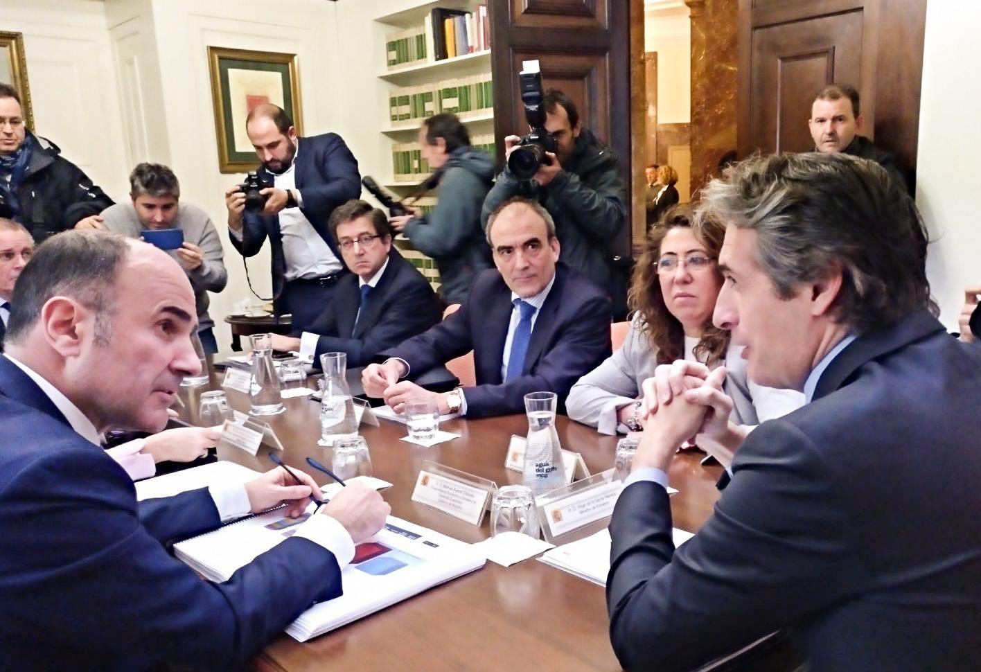 Reunión de Íñigo de la Serna con Manu Ayerdi y Arantxa Tapia, consejera vasca de Desarrollo Económico e Infraestructuras.