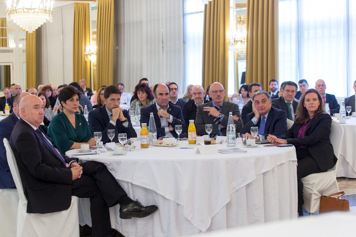 De I a D: Marino Barasoain (Fundación Navarra para la Calidad); María Solana (consejera Educación Gobierno de Navarra); Iñaki Ecay (Construcciones Ecay); Manu Ayerdi (vicepresidente Navarra); Ignacio Razkin (Kgroup); José Antonio Sarría (CEN); Ana Díez Fontana (Caixabank). (FOTOS: Víctor Rodrígo).