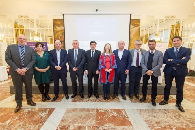 Patrocinadores, autoridades y ponente comparten foto de familia