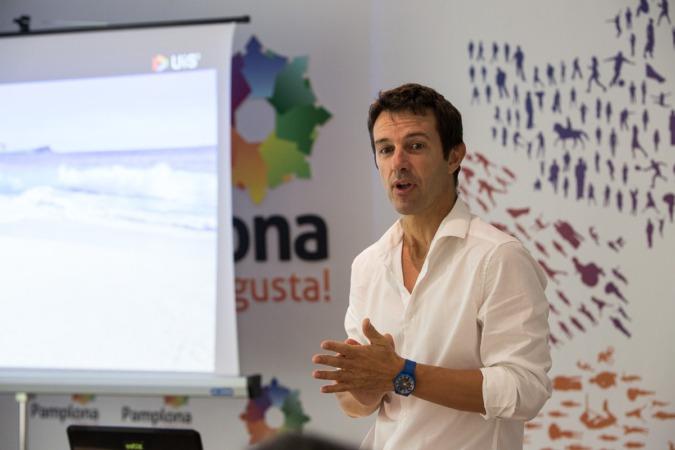 Julen Etxebeste,  responsable de la Unidad de Innovación Social de Navarra (UIS) en Aditech, durante un encuentro con innovadores sociales.