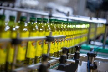 El aceite es envasado en tamaños y materiales distintos.