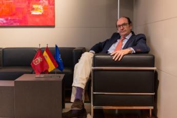 Joaquín Villanueva quiso posar con las banderas de Navarra, España y Europa.