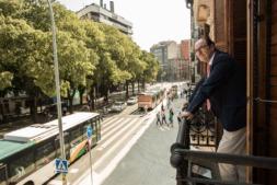 Joaquín Villanueva, un observador de la vida, contempla Pamplona desde un balcón de la Cámara de Comercio.