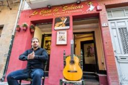 Jolis Muñoz, director de Casa Sabicas, en frente del establecimiento que dirige (Foto: Víctor Rodrígo).