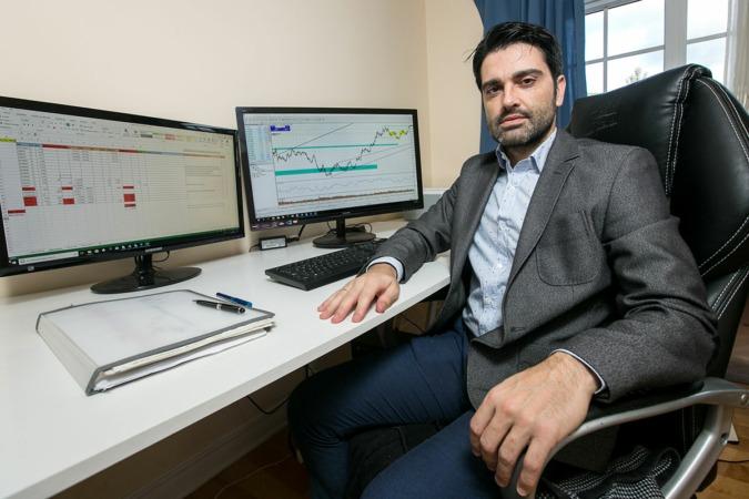 Jorge Labarta, economista y colaborador habitual de NavarraCapital.es, en su espacio de trabajo. (FOTOS: Víctor Rodrígo).