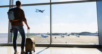 joven-viaje-aereopuerto