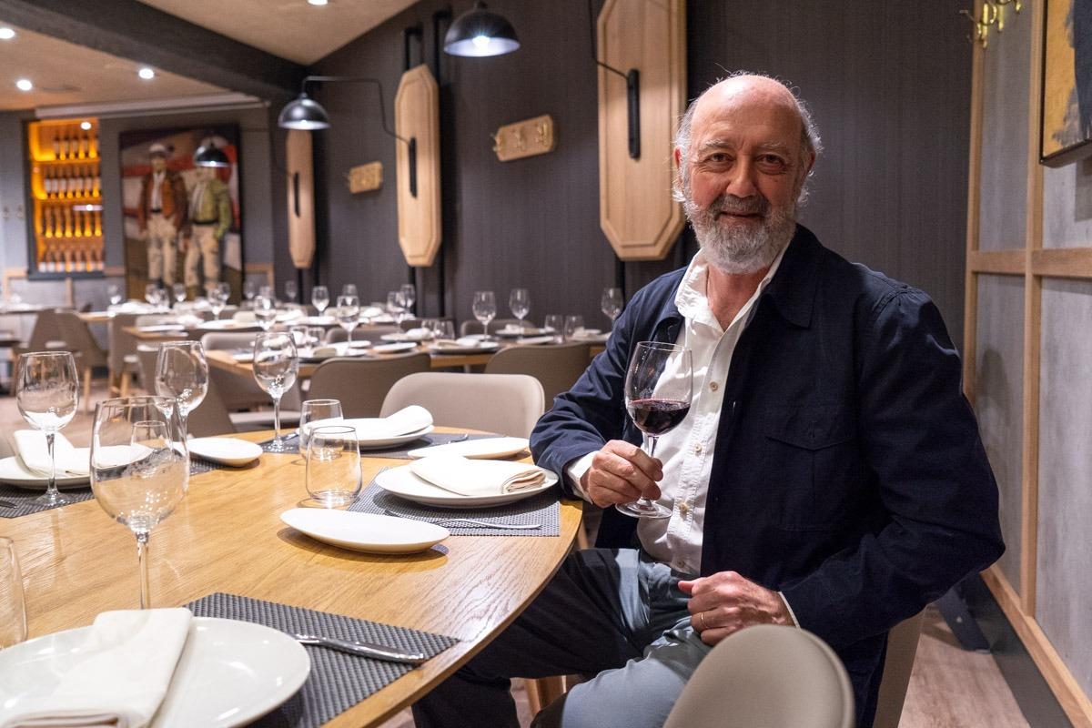 Julián Chivite con una copa del vino que la bodega elabora con uva de la finca de Legardeta.