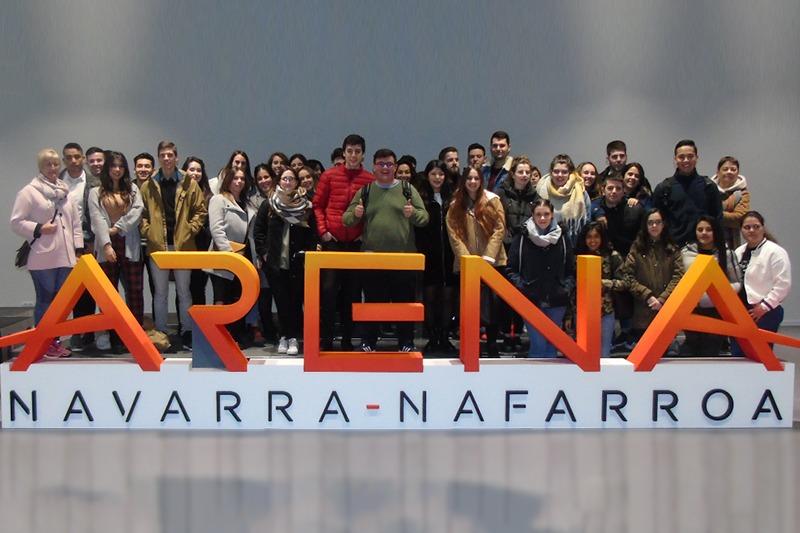 Los alumnos de María Inmaculada posan en Navarra Arena, donde tuvieron su primera clase práctica con Carlos Mangado. (Fotos: Cedidas)