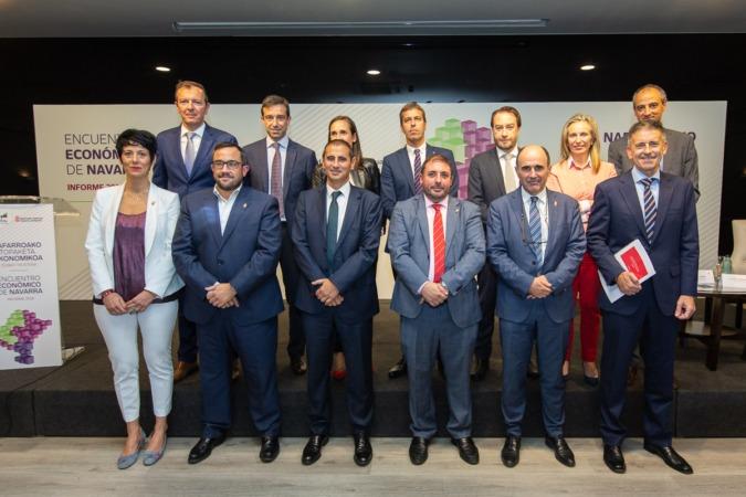 Autoridades y responsables de Laboral Kutxa que acudieron al Encuentro Económico de Navarra.