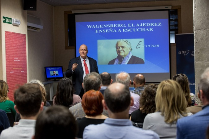 El periodista y divulgador, Leontxo García, en un momento de su intervención en el Ciclo de Conferencias de Liderazgo Participativo de ANEL (FOTO: Víctor Rodrígo)