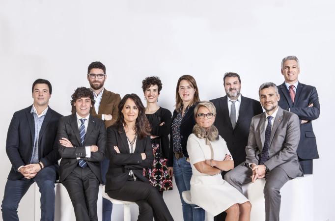 En la fila inferior, Ezquerra, segunda por la derecha, junto al resto de líderes reconocidos por NavarraCapital.es en 2017. (Foto: archivo)