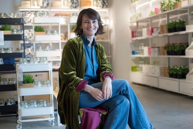 Luisa Alli posa en el centro de pedidos y recogida que Ikea tiene en Pamplona.