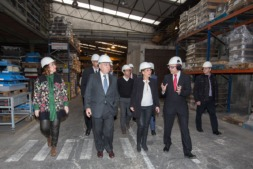 Ainhoa Aznárez, presidenta del parlamento foral;  Juan Eduardo Errázuriz, presidente de Magotteaux; Uxue Barkos, presidenta del Gobierno de Navarra; David Sola, Magotteaux Navarra.