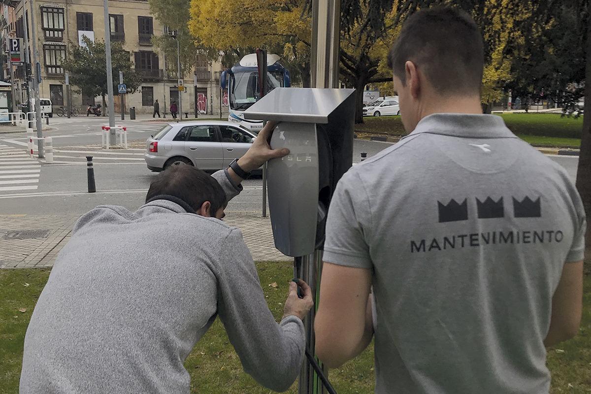 Personal de mantenimiento instala los postes de Recarga Rápida en Hotel Tres Reyes