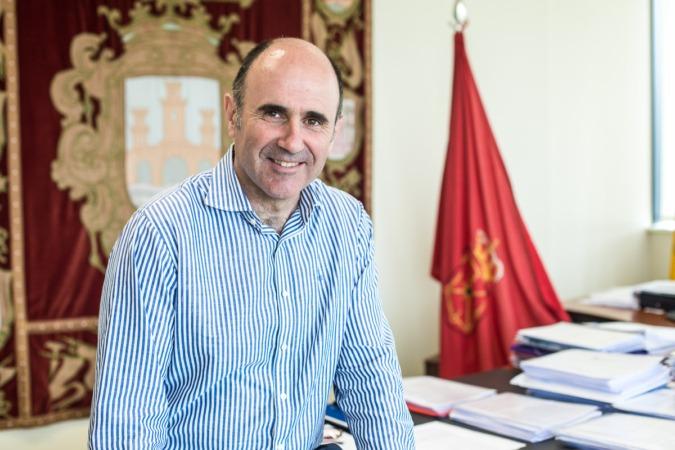 Manu Ayerdi, en su despacho del Gobierno de Navarra. (FOTOS: Víctor Rodrígo)