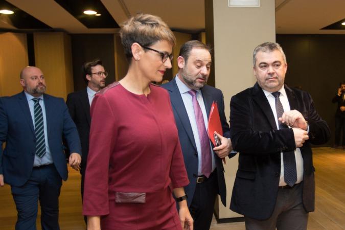 El ministro de Fomento acompañado a su llegada a Pamplona de dirigentes socialistas como Santos Cerdán y María Chivite y el delegado del Gobierno en Navarra (FOTO: Víctor Rodrígo).