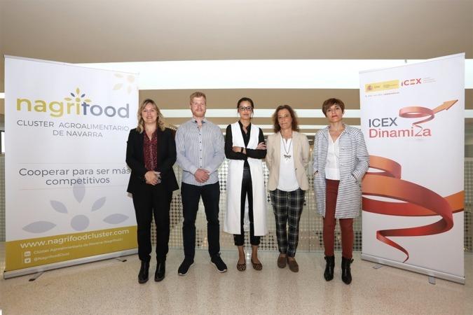 Los responsables de AMAZON posan junto a Sandra Aguirre (Nagrifood), Isabel Peñaranda (ICEX) y Miren Ausin (Gobierno de Navarra)