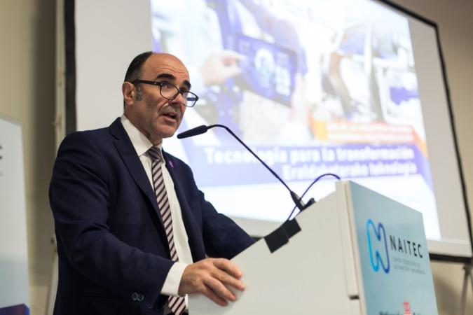 Manu Ayerdi se dirige a los asistentes a las sesiones del Dia de la industria Navarra.