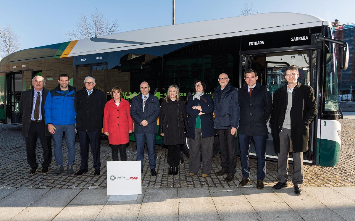 Autoridades y representantes de empresas ante uno de los autobuses eléctricos que desde hoy realizan el servicio de la línea 9 en la Comarca de Pamplona. (FOTOS: Víctor Rodrigo)