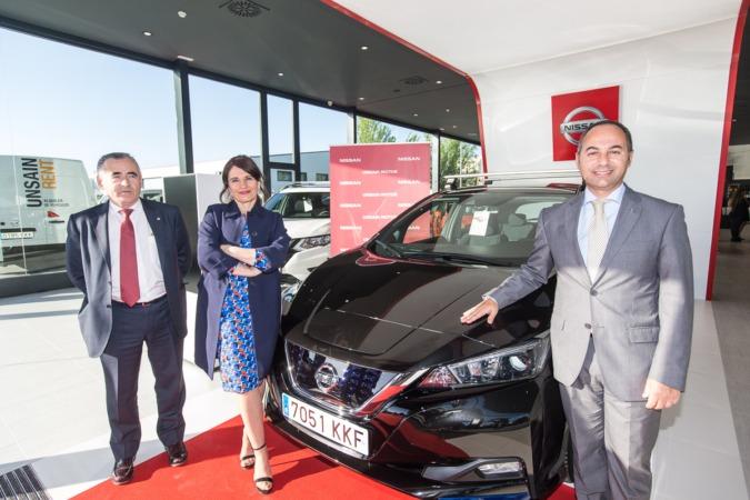 Francisco Esparza, presidente de Unsain Grupo; Marta Aramburu, gerente Unsain Motor Tudela; y  Marco Toro, consejero y director general de Nissan Iberia. FOTO: Víctor Rodrigo