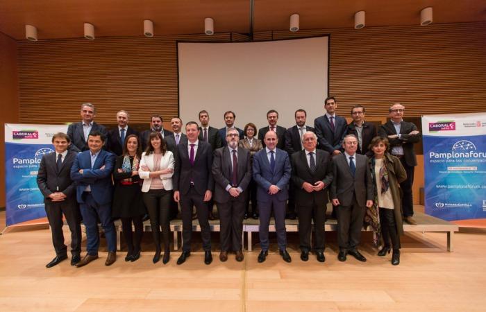 Foto de familia de los participantes en el Pamplona Fórum, autoridades, organizadores y patrocinadores del evento.