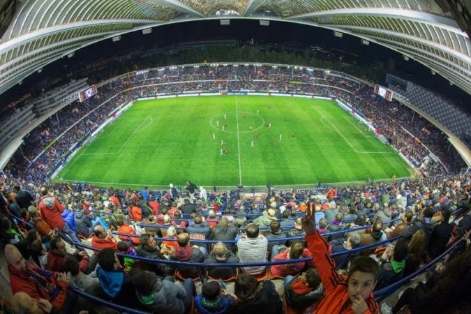 El aumento de los ingresos ayudará a financiar las obras de remodelación del Estadio de El Sadar. (Fotos: estadiosdefutbol.com)