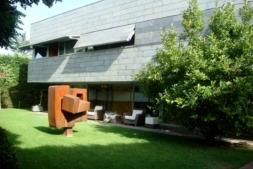 Vista del jardín, escultura de Carlos Ciriza incluida, de la casa de lujo que se vende en Pamplona. (Fotos: idealista.com)