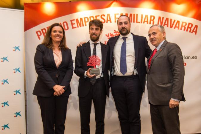 Ana Díez Fontana, Diego Oliver Gimeno, Gonzalo Oliver Amatriain y Francisco Esparza, tras la entrega del premio al Grupo Enhol.