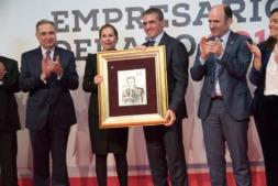 Benito Jiménez recibe el premio Empresario del Año de manos de la presidenta Uxue Barkos. (FOTOS: David Muñiz).