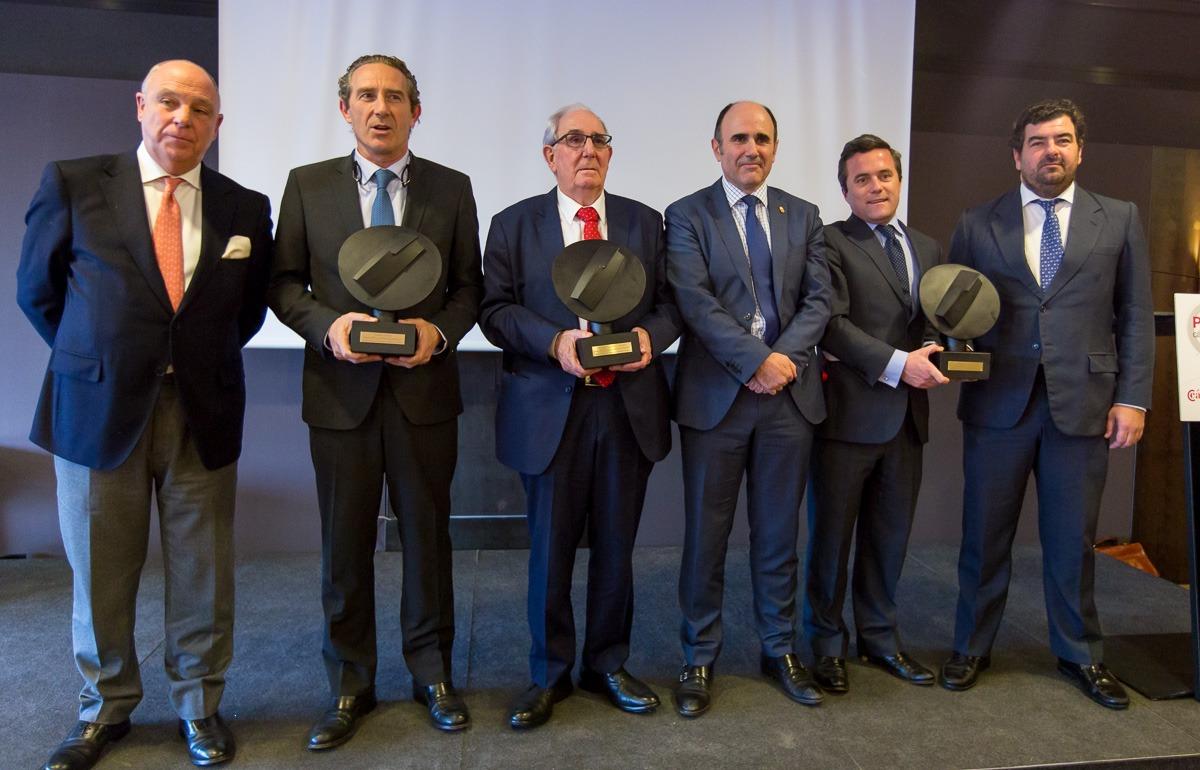 Los galardonados junto a Javier Taberna y al vicepresidente Manu Ayerdi. (FOTOS: Víctor Rodrígo)