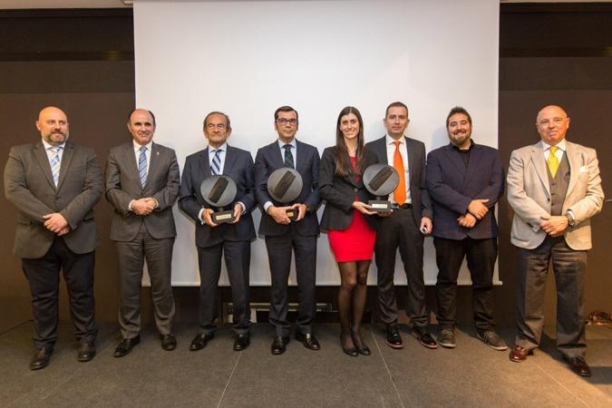 Los galardonados, entre el delegado del Gobierno, el vicepresidente Ayerdi y el presidente de Cámara Navarra.
