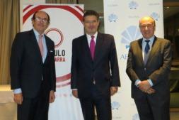 De I a D: Joaquín Villanueva (Círculo de Navarra en Madrid); el ministro Rafael Catalá y; Julio Lage, presidente AEGAMA.