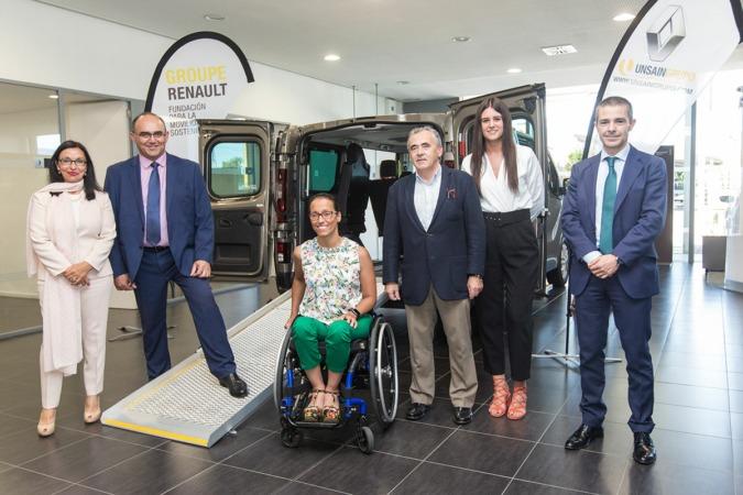"""Foto de familia de los responsables del programa """"Renault Movilidad para Todos"""" junto a Francisco Esparza (Unsain Grupo) y la nadadora paraolímpica Teresa Perales. (FOTOS: Víctor Rodrígo)."""