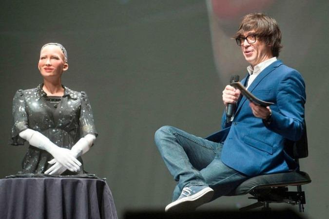 El presentador Luis Piedrahita junto a la robot Sophia durante la gala del año pasado.