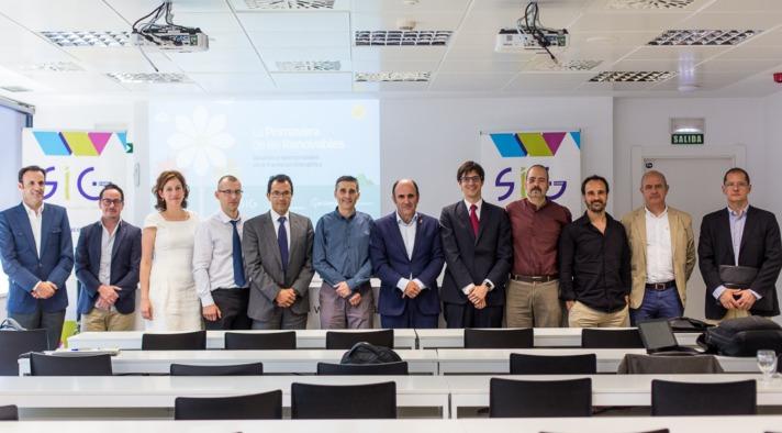 """Imagen de los organizadores y los ponentes en el encuentro """"La Primavera de las Renovables"""" organizada por SIG"""