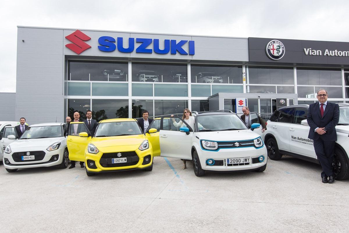 Responsables de Vian Automobile y Suzuki Iberia posan con parte de los vehículos de la exposición de Mutilva (FOTOS: Víctor Rodrígo).
