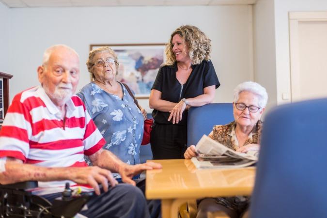 La directora de El Vergel, Montserrat Equiza,  con varios residentes. Fotos: Víctor Rodrigo.