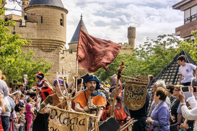 Fiestas Medievales de Olite con el Palacio Real al fondo. (Foto: Marian Jaurrieta)