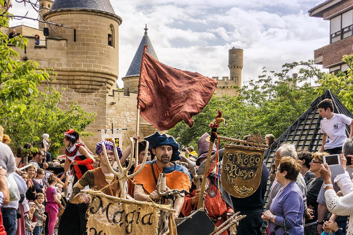 Fiestas Medievales de Olite con el Palacio Real al fondo.  FOTO: Marian Jaurrieta.
