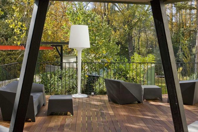 El Hotel Tximista aúna confort y tranquilidad. En un entorno privilegiado, el jardín amueblado junto al río Ega, enamora.