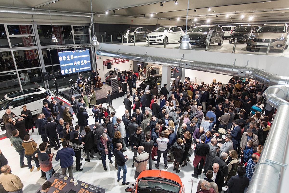 Vista panorámica de los asistentes a la inauguración del nuevo concesionario Vian Automobile (FOTOS: Victor Rodrígo).