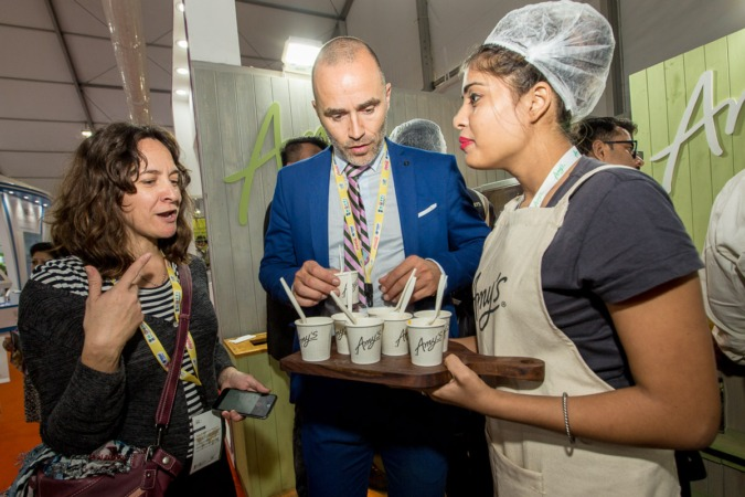La redactora de NavarraCapital.es acompaña a Héctor Barbarin, director general de CNTA, durante su visita a World Food India 2017, en este caso, en un stand de EEUU. (FOTOS: Víctor Rodrigo).