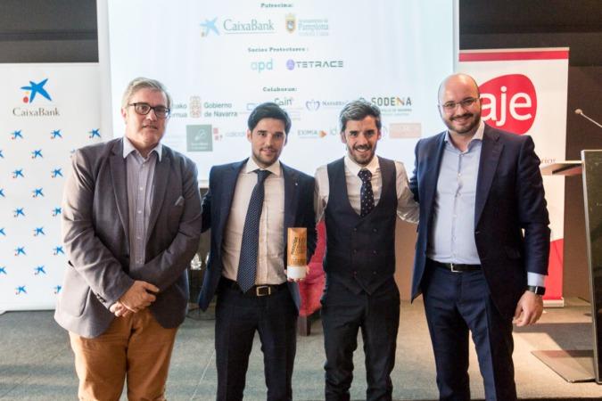Tito Navarro de Luis (NavarraCapital.es) y Fermín Albadalejo (CEAJE) posan junto a los hermanos Cornago, dueños de GthaD, ganadores del premio Joven Empresario y el de Votación Popular entre los lectores de NavarraCapital.es (FOTOS: Víctor Rodrígo)