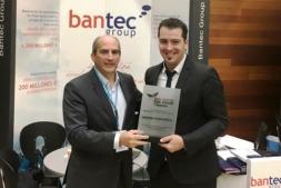 Momento de la entrega del reconocimiento de BANTEC a Nabrawind.