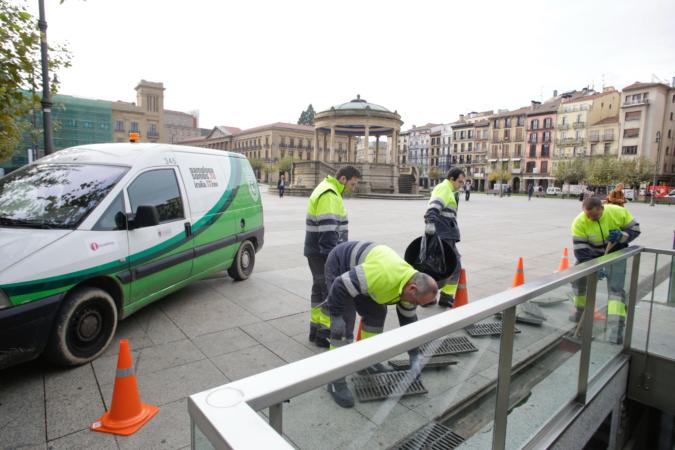 Operarios de Tasubinsa realizan labores de limpieza en Pamplona.