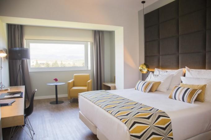 El Hotel Tres Reyes encarga a sus clientes la decoración de sus habitaciones