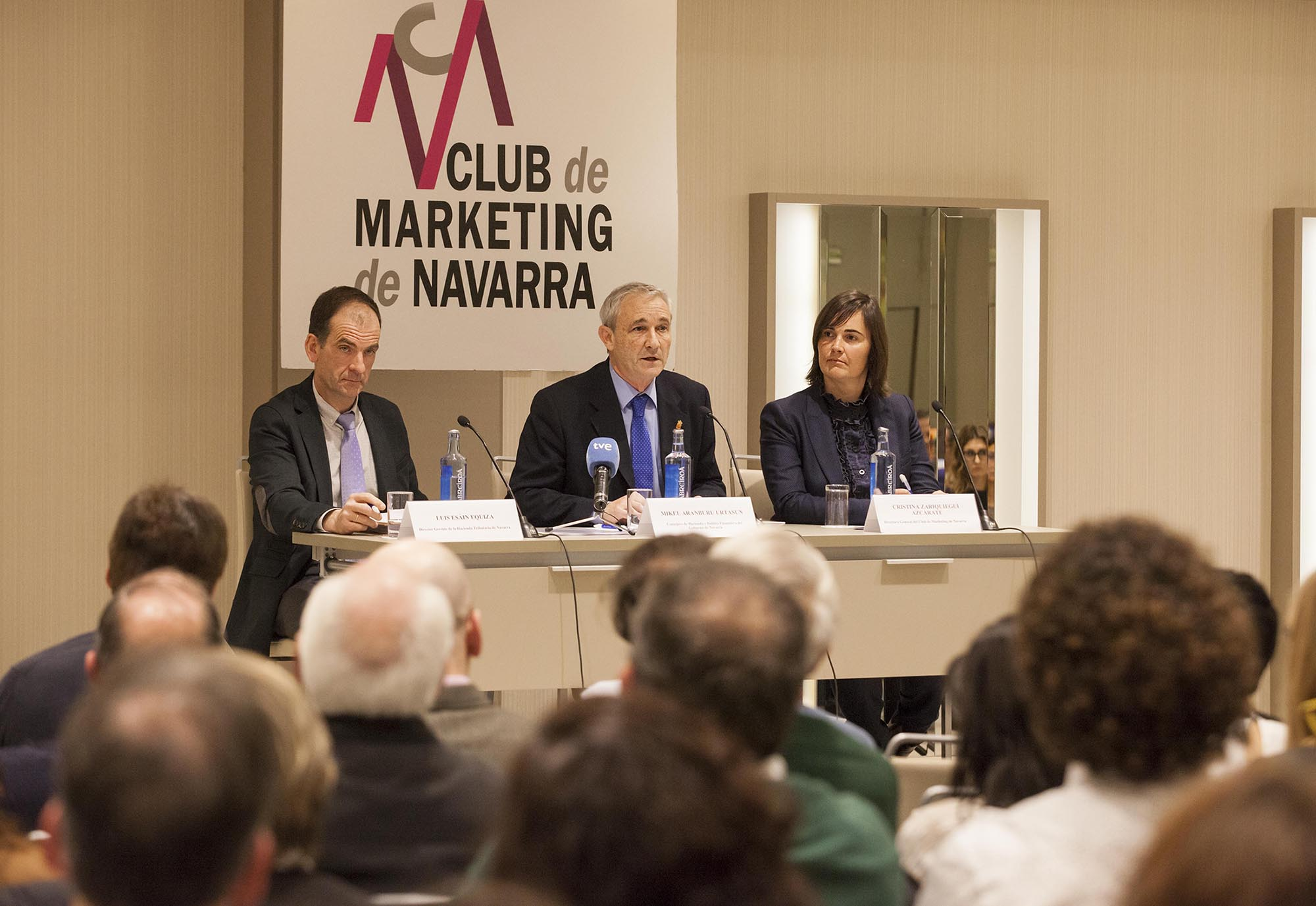 De I a D: Luis Esain (Hacienda Navarra), Mikel Aramburu y Cristina Zaratiegui (Club de Marketing de Navarra).