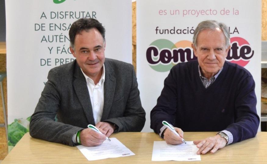 Momento de la firma entre Villa Javier y los responsables de Vegetales Línea Verde.